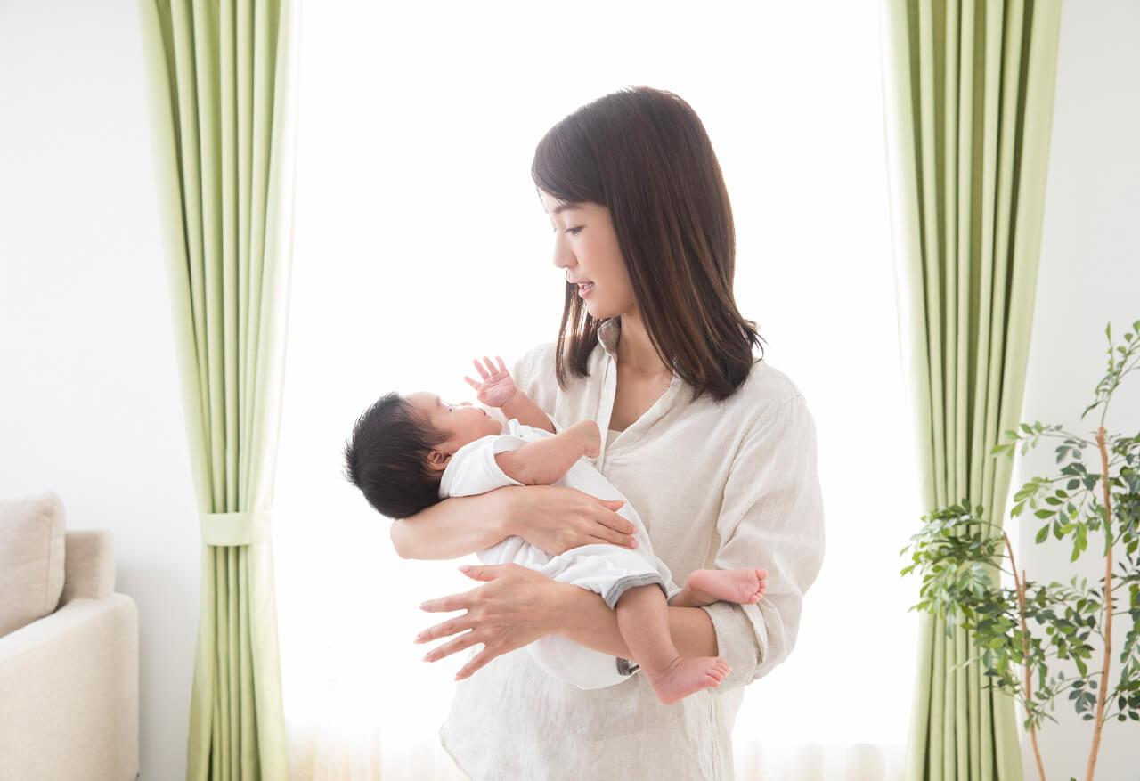 赤ちゃんを抱きかかえるママさん